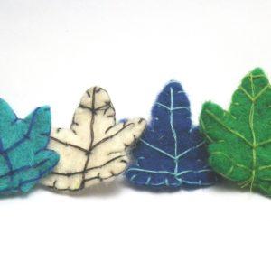 Hojas de arbol de fieltro en varios colores